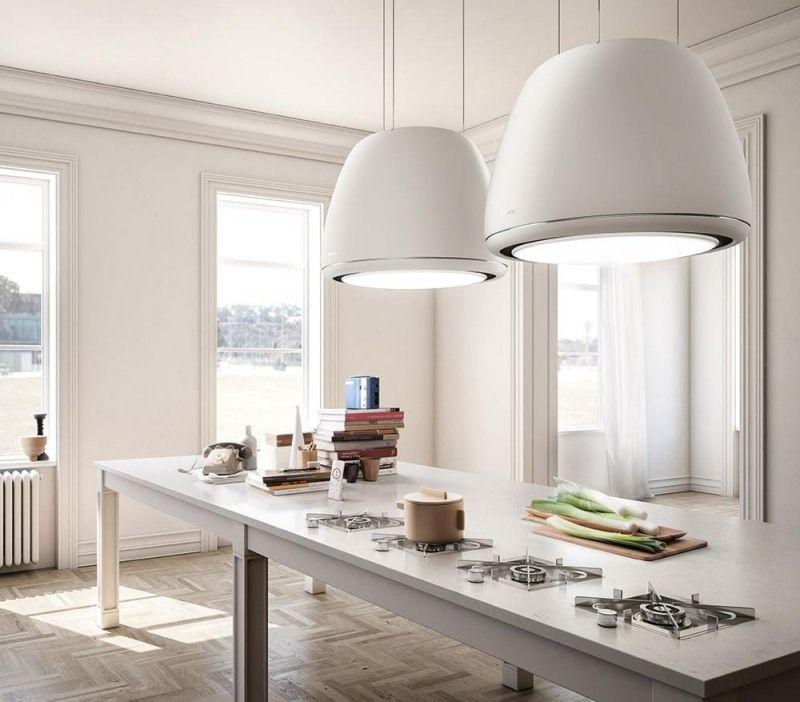Moderne Dunstabzugshaube in weißer Farbe über die Kücheninsel ...