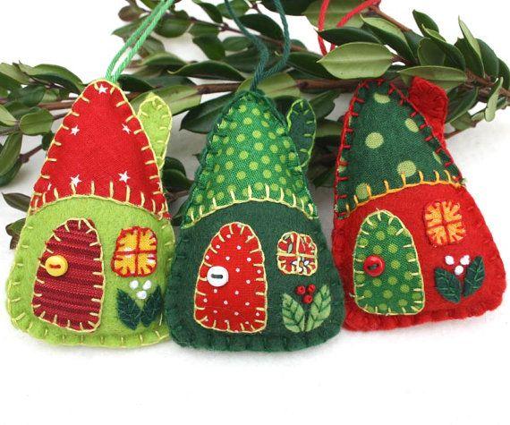Felt house christmas ornaments handmade red and green felt holiday ornaments felt houses Adornos de navidad hechos a mano