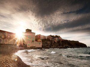 El brillo del sol en una bonita playa