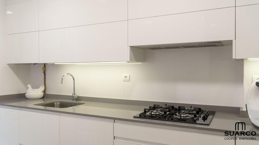 Cocina Pequena Blanca De 8m2 En Forma De L Con Encimera De Cocina Silestone Encimeras De Cocina Cocinas Pequenas Cocinas Pequenas En Forma De L