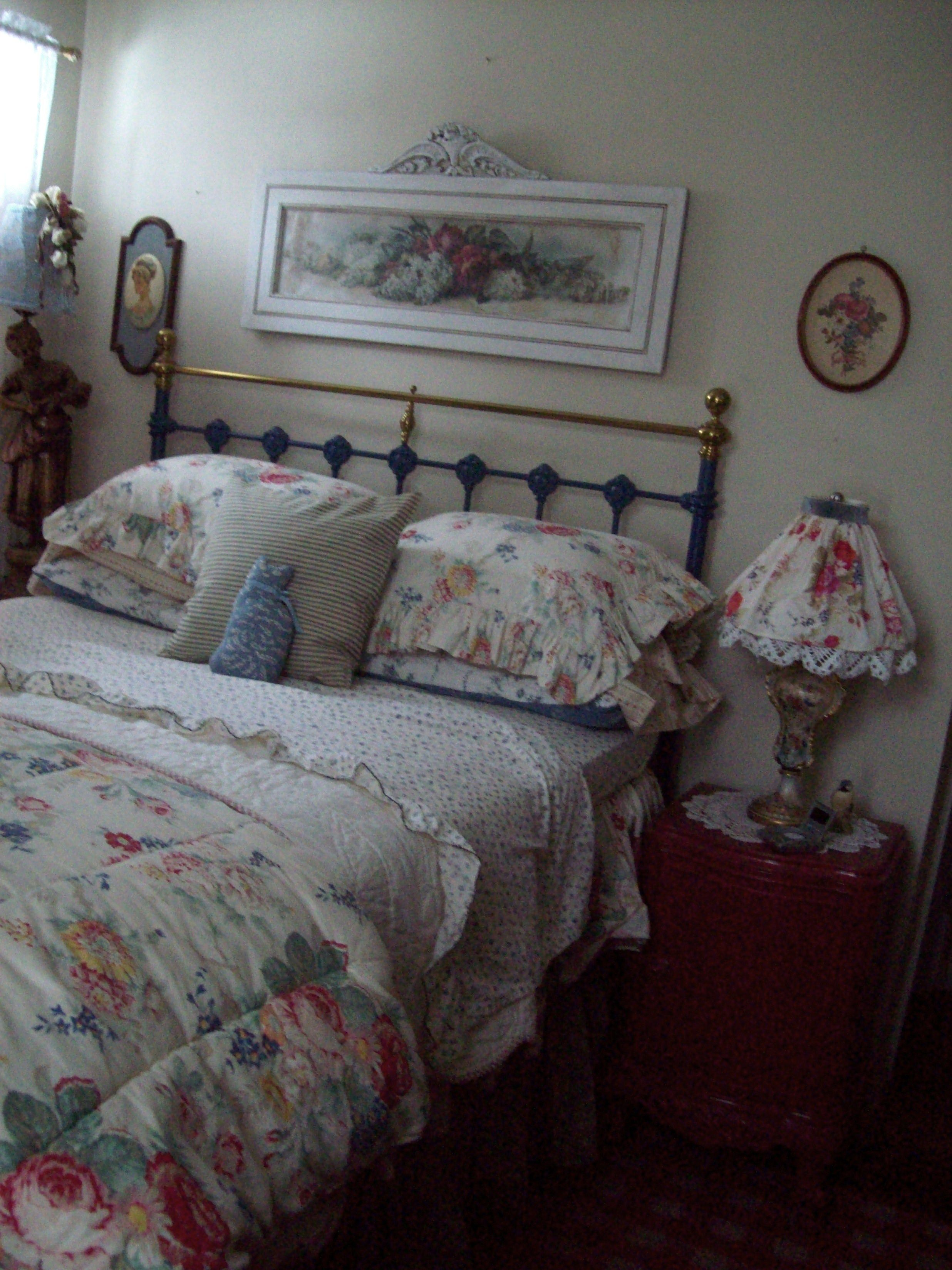 Cottage Bed Soothing Bedroom Cottage Bed Chic Bedroom