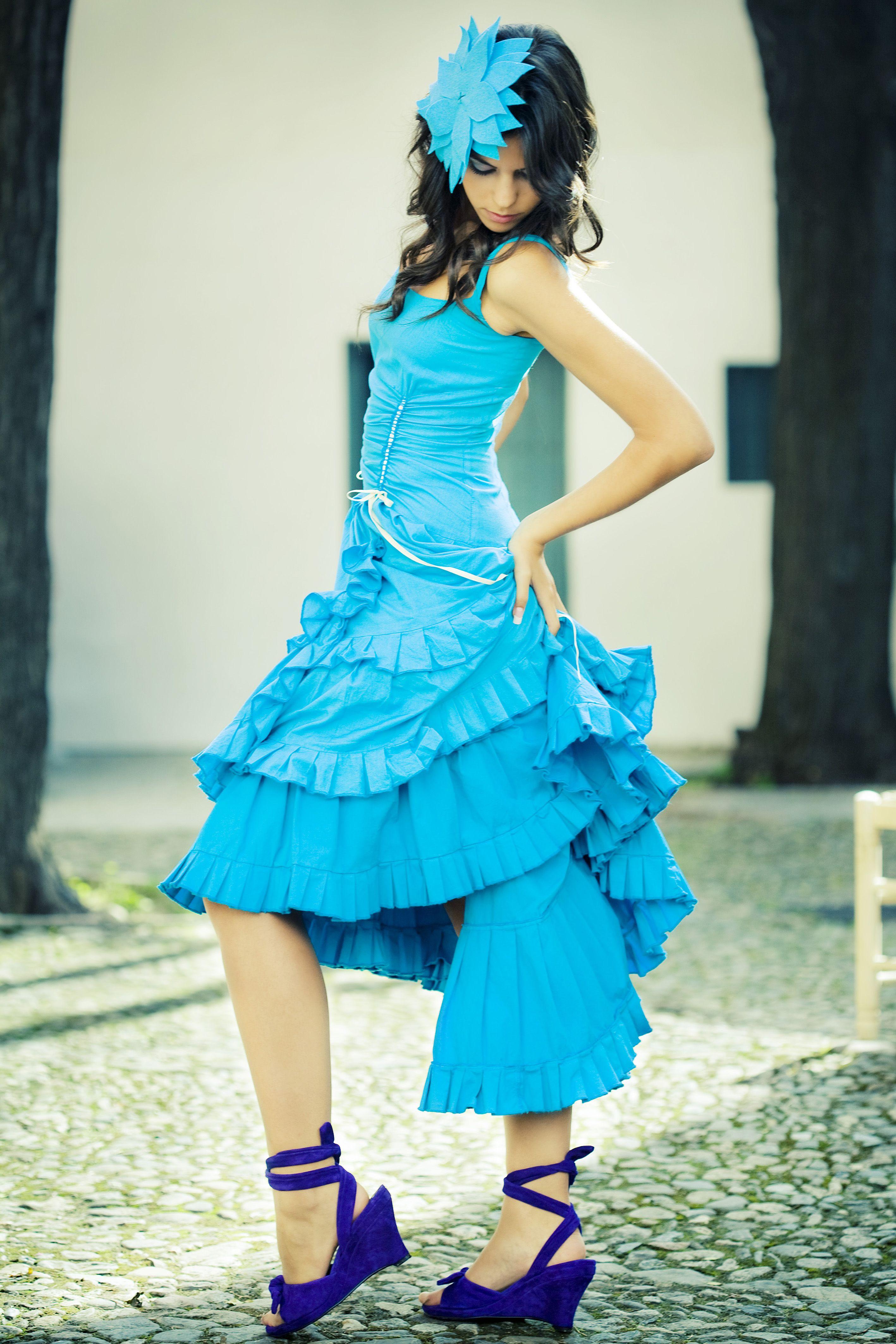 Vestido enagua en fibra natural y tintado en prenda   Fotografía de : www.luiscastilla.com