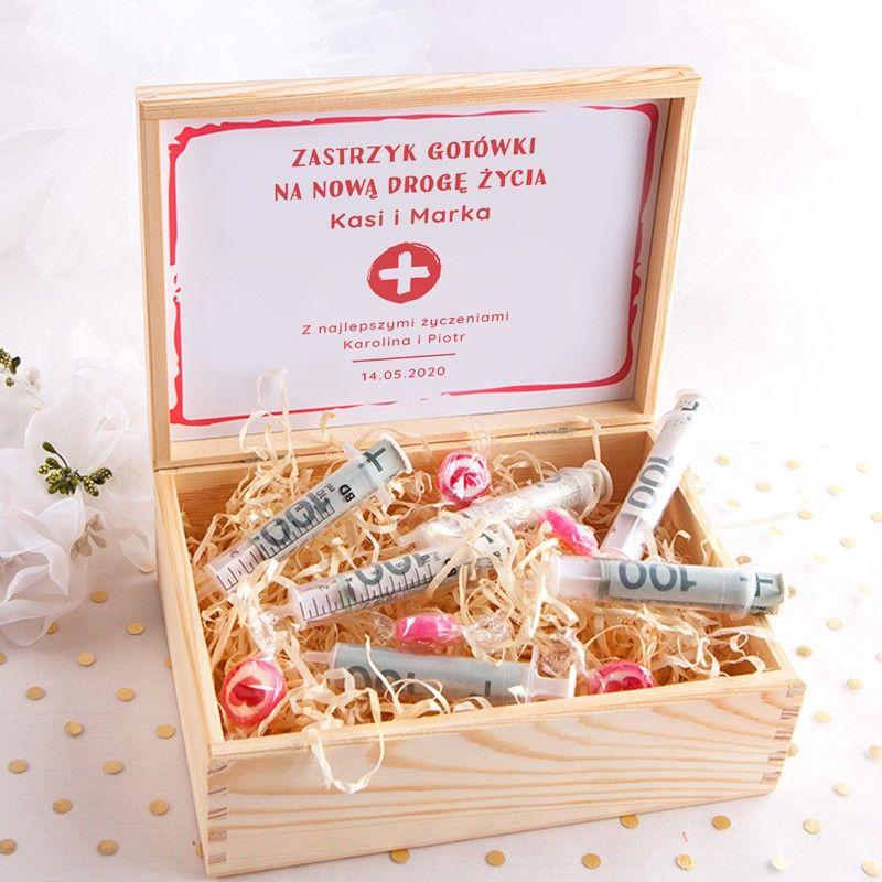 Wyjatkowa Propozycja Na Prezent Dla Pary Mlodej Skrzynka Z Zabawnym Napisem Zastrzyk Gotowki I Dopasowana Gr Wedding Present Ideas Wedding Cards Wedding Gifts