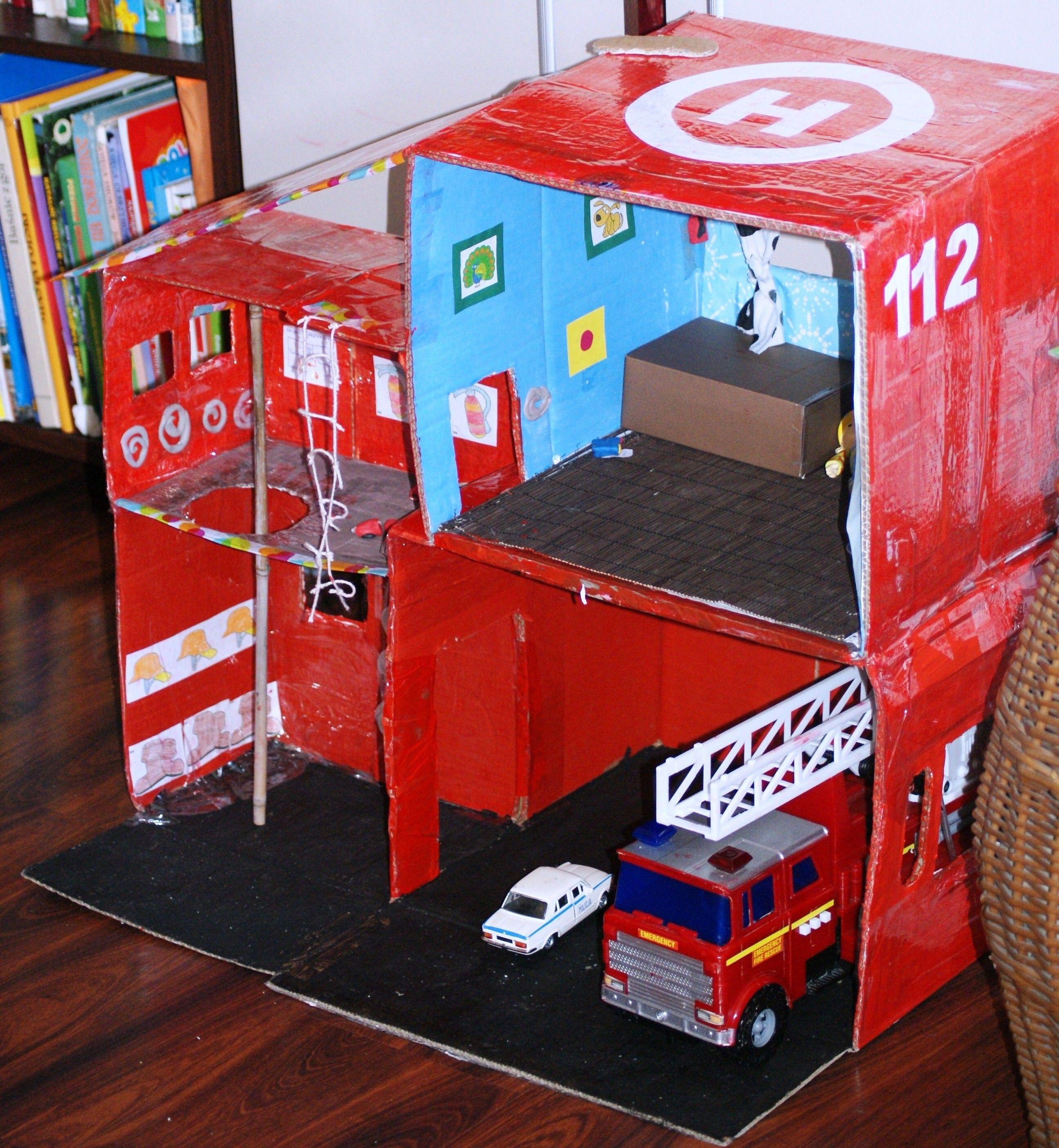 Remiza strażacka z kartonowych pudełek