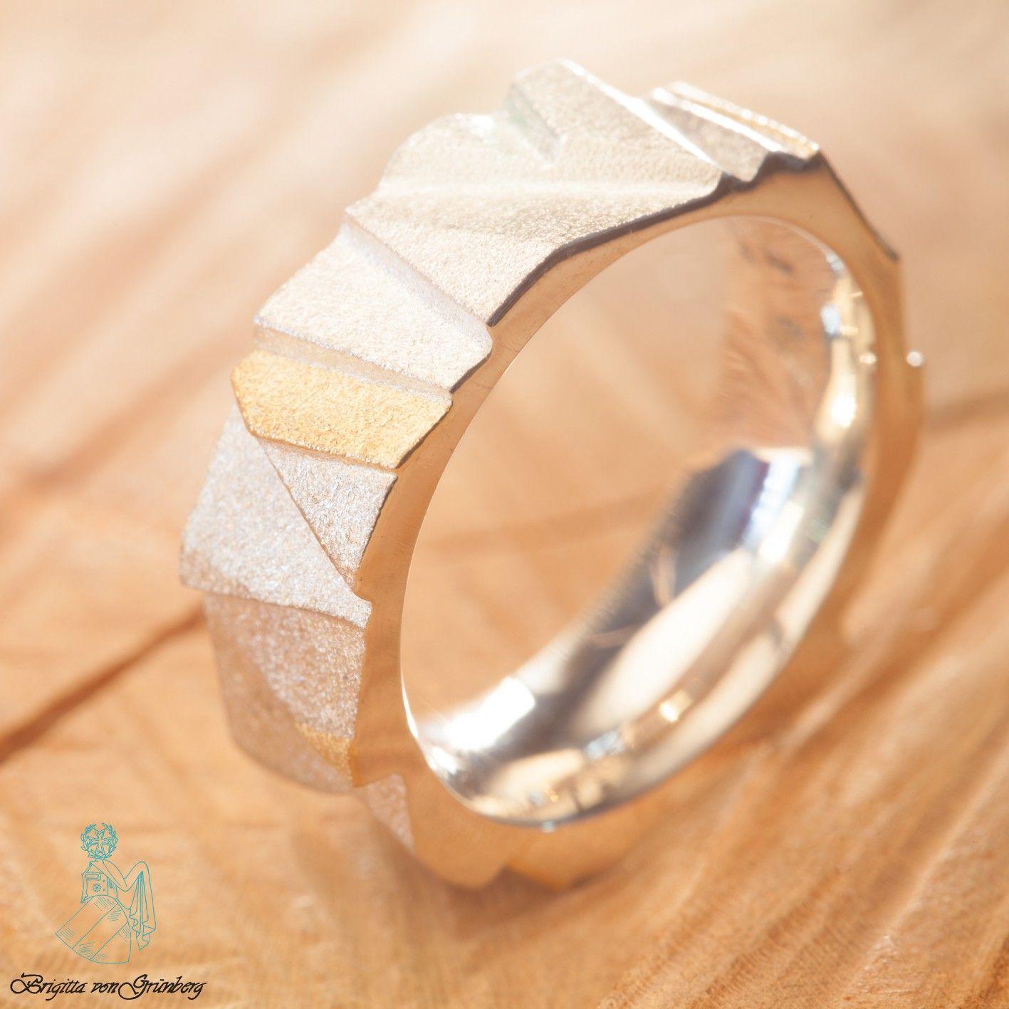 Treppenring aus 925er Silber mit 900er Gelbgold  Hier geht's zum Ring: https://www.goldschmiede-von-gruenberg.com/zweifarbige-ringe/74-treppenring-silber-gelbgold.html