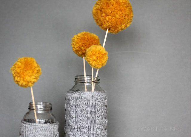 gestrickte Vasenüberzieher + PomPom-Blumen