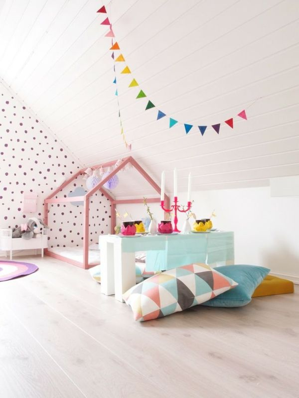 exceptional einfache dekoration und mobel schoene und verspielte kinderbetten #3: kinderzimmer mädchen dekokissen wandtapete gepunkt tolles kinderbett