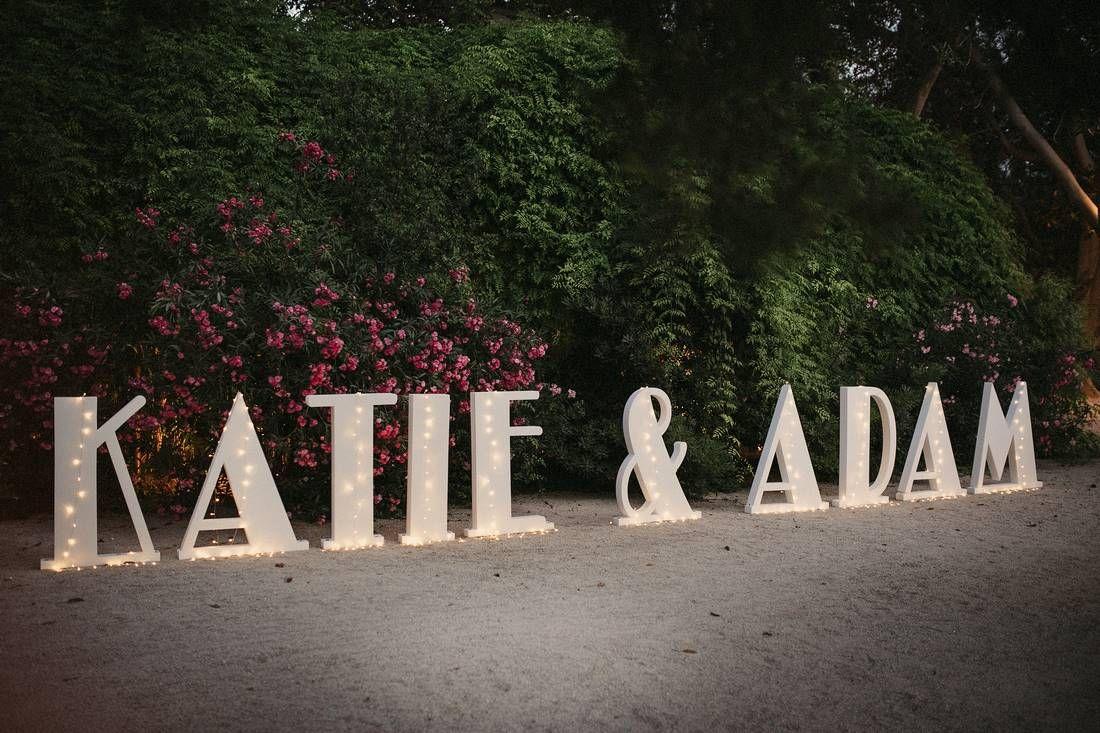 Fue un placer. Así de claro. Conocer a Katie y Adam, organizar suboda judía, conocer sus costumbres, estar presente el día de la boda, hacer el montaje, hacer el protocolo de su ceremonia y disfrutar, sí disfrutar haciendo tu trabajo. Esta fue su maravilloso boda, que fue grabadapor Channel 4 UK para un documental. Jardines …