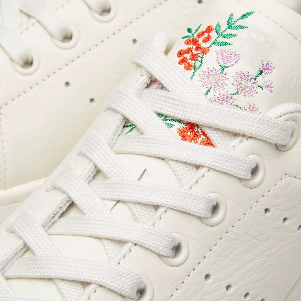 detailed look 1b542 8e4a7 Adidas Stan Smith, CHALK WHITE  CHALK PEARL, embroidered