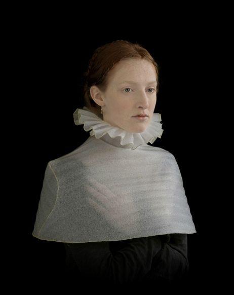 Suzanne Jongmans, Meisje in manteltje, 2010, portret met schuimrubber sculptuur , 60X75 cm. © Suzanne Jongmans