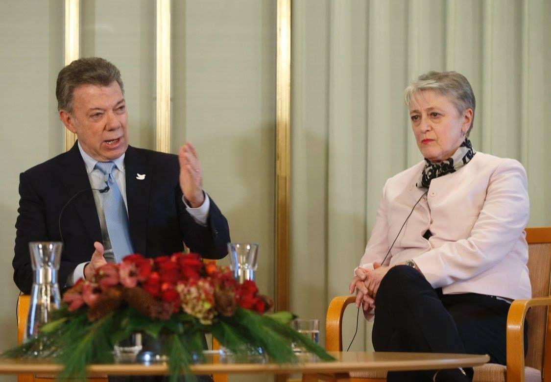 El presidente Juan Manuel Santos, junto a la vicepresidenta del Comité Nobel, Berit Reiss-Andersen,