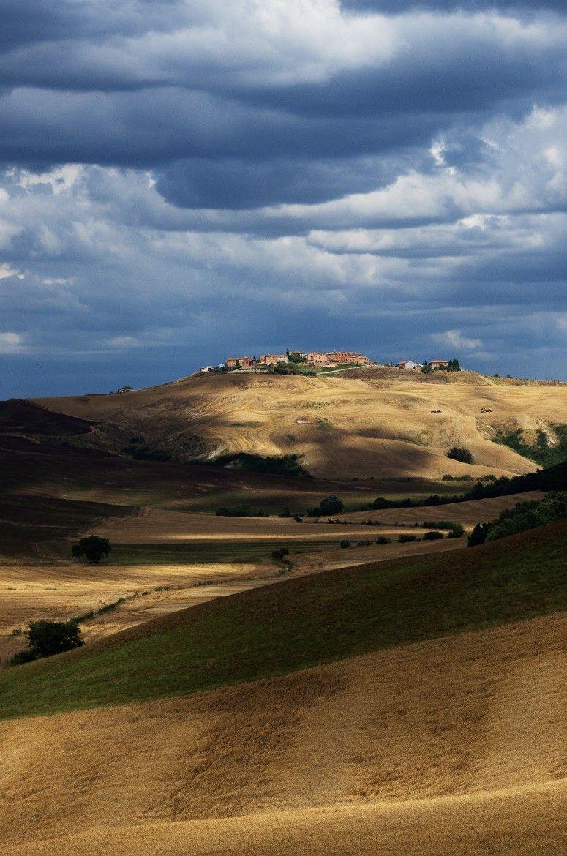 """Photograph Tra Cielo e Terra by Francesco  Pisani  on 500px   Scorcio delle Crete Senesi, nel centro del cosidetto """"Deserto di Accona""""."""