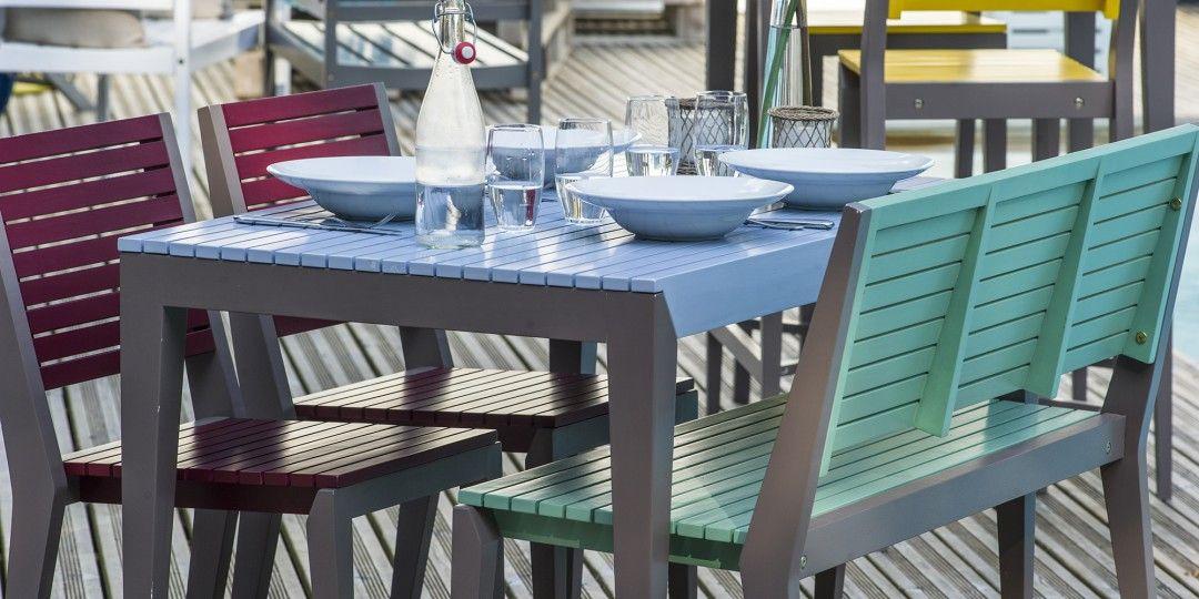 Design épuré de la table, du banc et des chaises de la ...