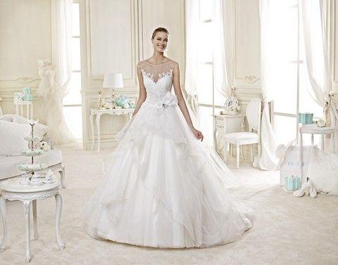 Romantické biele svadobné šaty s krajkovým vrchom a sukňou zdobenou volánmi a mašľou v páse, svadobný salón Valery