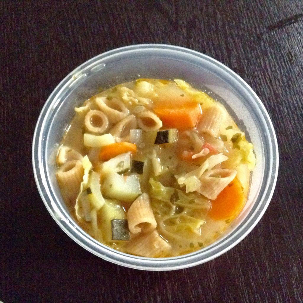MINESTRONE (5/6 portions)   - dans une cocotte faire rissoler 2 échalotes dans de l huile d olive   - y ajouter 1 demi chou vert, 1 courgette, 2 carottes, 2 tomates, du céleri branche, du persil le tout coupe finement - y ajouter dans la foulée du bouillon de légumes (les légumes sont interchangeables selon ce qu il y a dans le réfrigérateur)  - laisser mijoter environ 45 min - en fin de cuisson ajouter quelques pâtes cuites coupées en morceaux (ici penne  complètes)