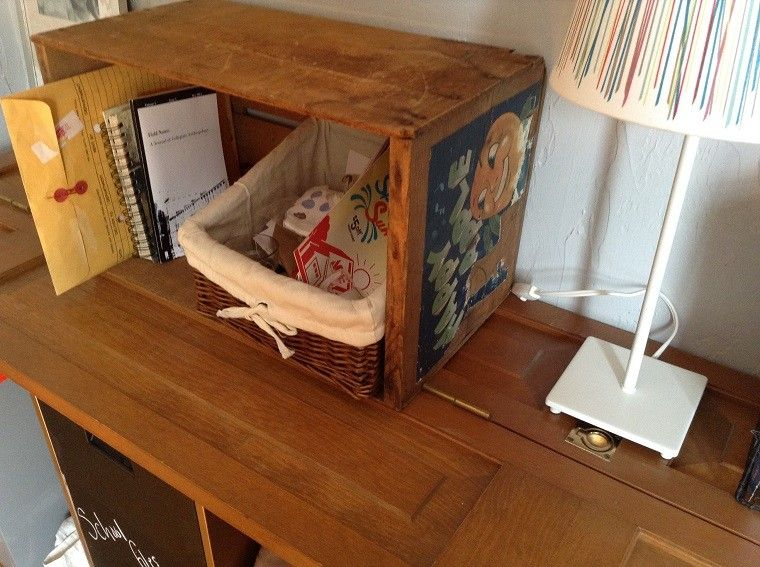 Muebles reciclados hechos con cajas de frutas cajas de for Como reciclar un escritorio de madera