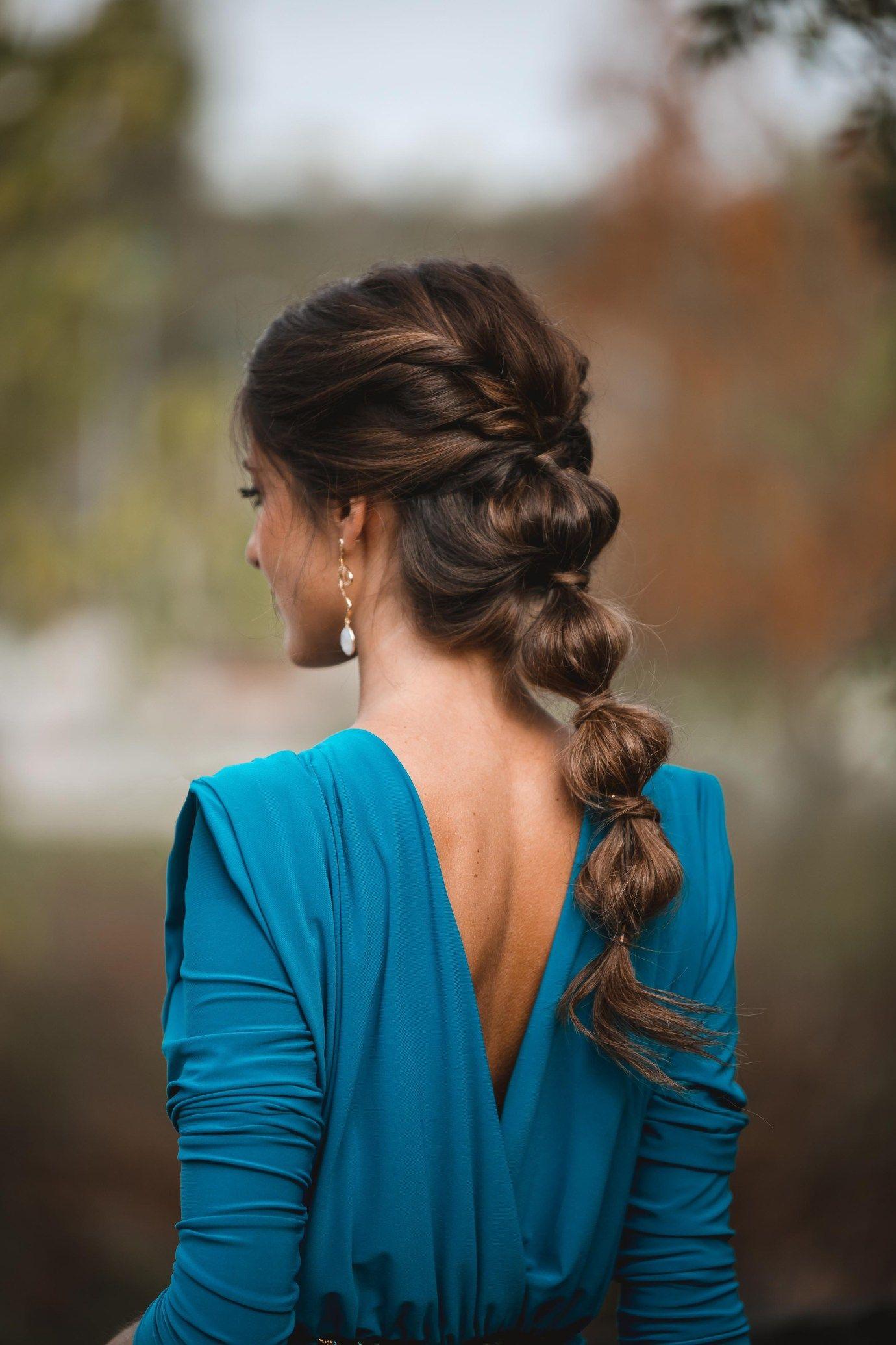 Look Invitada De Noche Vestido Azul De Otono Peinados Bohemios Peinados Formales Sueltos Peinados Boda Pelo Largo