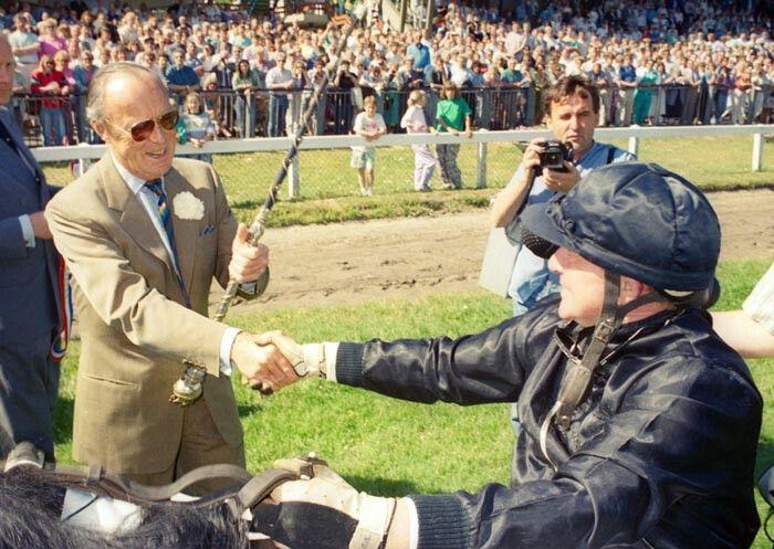 Hier krijgt Ton Blok in 1989 voor de tweede keer de kostbare zweep in handen voor de ereronde langs de tribune. Blok zou de koers 3 jaar achtereen winnen met Yellowa.
