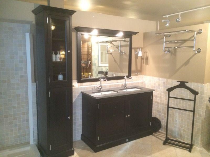 Deckenbeleuchtung Badezimmer ~ Waschtisch schwarz mit eine granittplatte. der spiegel mit