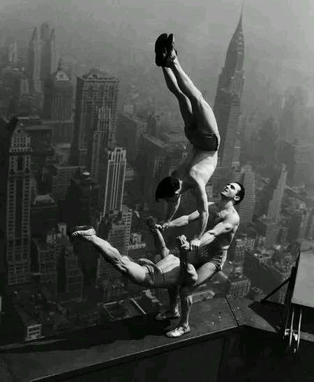 1934年 帝 國 大 廈 上 的 超 驚 險 雜 技。