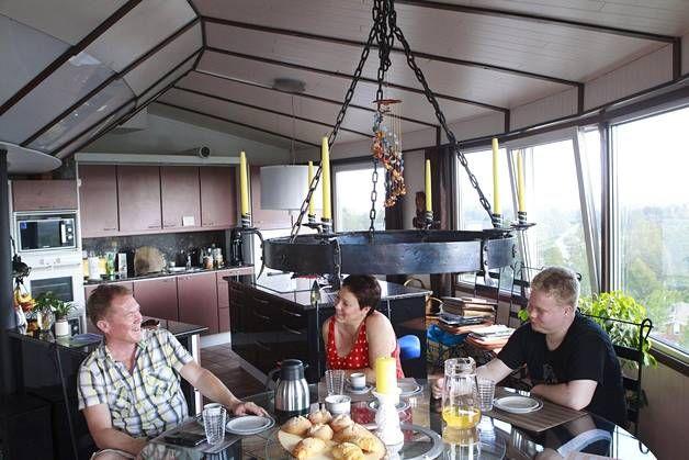 Matti ja Marja-Liisa Kuosmanen ja heidän 26-vuotias Dani-poikansa saavat vesitornikodissaan nauttia avarista maisemista. Sisustuksessa on keittiön pöytää ja kynttelikköä myöten käytetty pyöreitä muotoja tornin muodon mukaisesti.