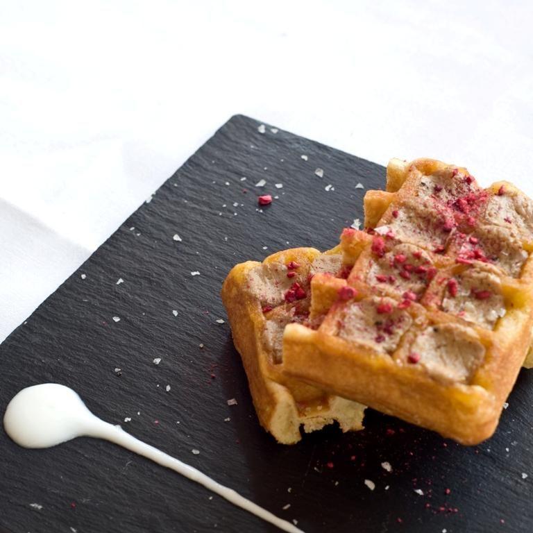 Gofre relleno de foie mi-cuit fresas Lyo, pimienta sechuan, yogur y escamas de sal/ Vincci Soma 4* (Madrid)