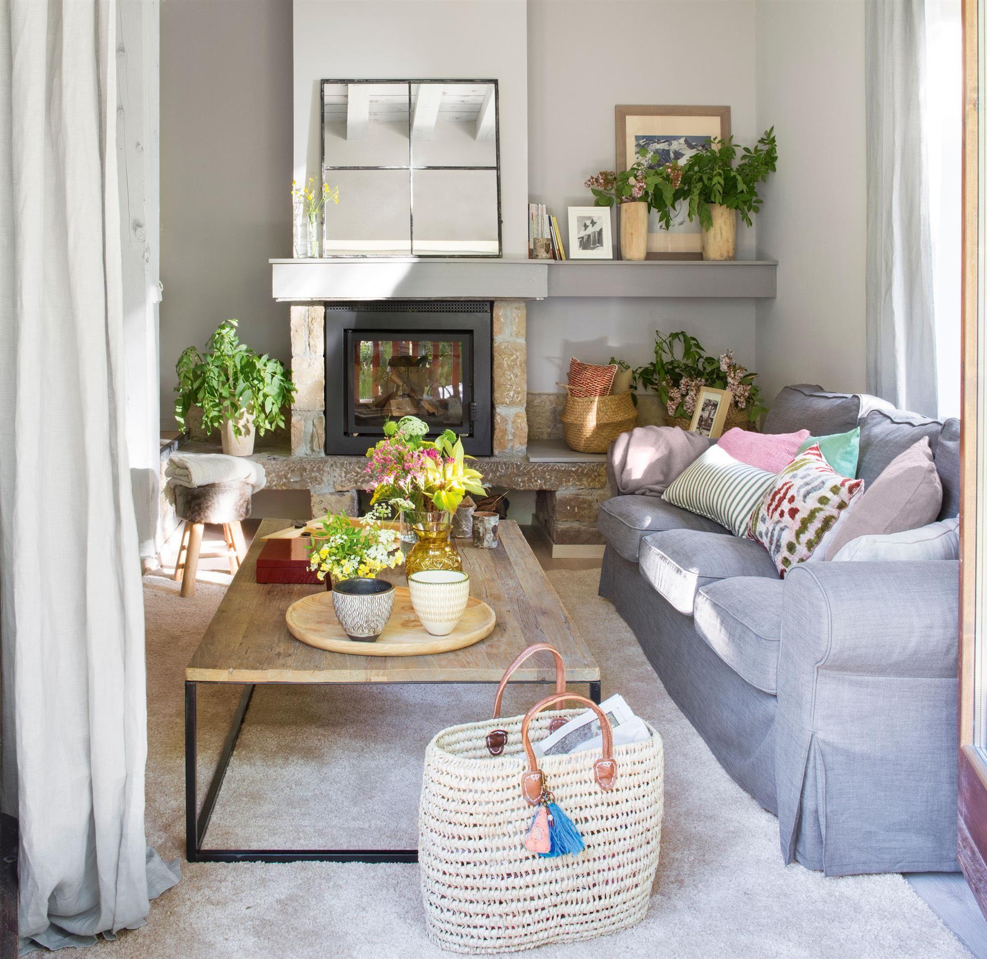 Sal n con sof s grises y chimenea 00436055 home - El mueble salones pequenos ...