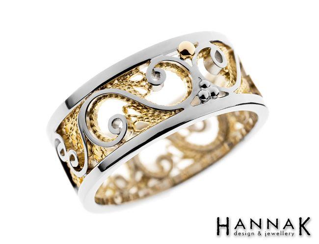 Keveän ilmava filigraanitekniikalla valmistettu näyttävä vihkisormus, jossa tekniikalle ominainen rosoisen pitsimäinen lankakuviointi on saanut parikseen kiiltävää pintaa. Keltakultainen filigraanilanka korostuu kauniisti valkokultaisesta pohjasta.  Materiaalit: 750-valkokulta, 750-keltakulta |  Filigree ring: White gold 750, Yellow gold 750 | http://www.hannakorhonen.fi/filigraani-iv/ #HannaK #rings #wedding #jewelry #filigree