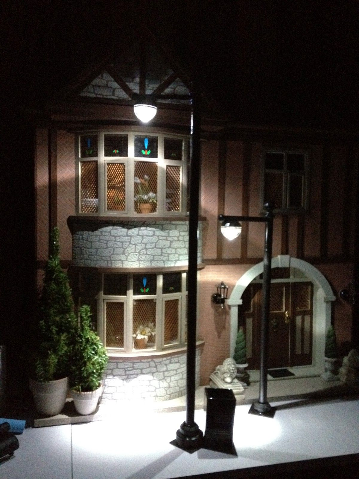 Jocelyn S Mountfield Dollhouse Street Lamp Post Made Using Battery Operated Floral Led Lights Haus Bauen Led Leuchten Und Wohnideen