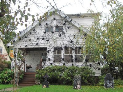 halloween crafts idea spider house i could not live hereor walk onto that porch - How To Decorate A House For Halloween