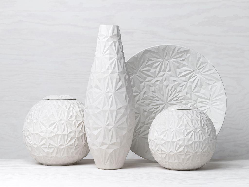 Pierres Précieuses Anna Elzer Oscarson est la créatrice de ces objets-bijoux suédois. Dusty Diamonds. Semblables à des pierres précieuses, ces créations en édition limitée sont faites de grès sculpté à la main. Certaines pièces nécessitent dix moules différents, et peuvent prendre jusqu'à une semaine pour être réalisées. En résulte une série de sphères à couvercles discrets, de vases et de vaisselle, aux formes attirantes et façonnées, comme des diamants.