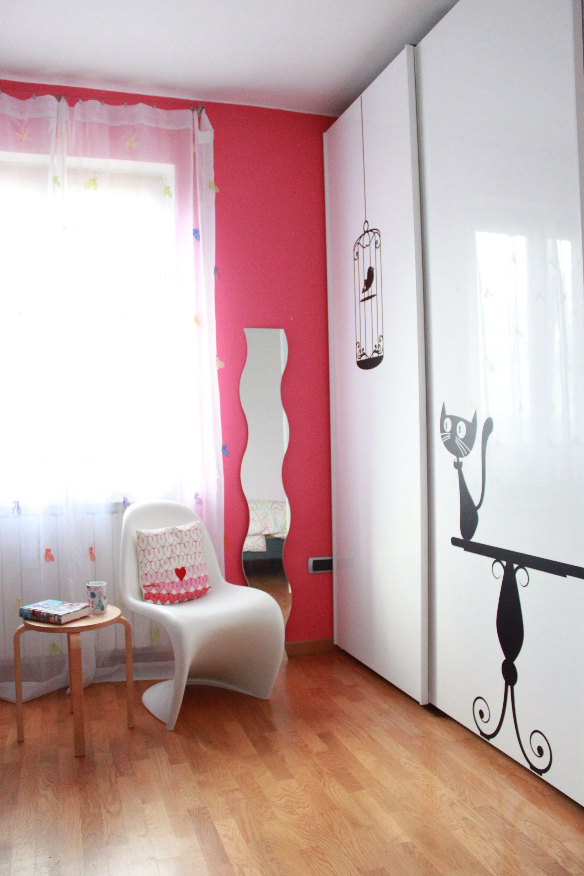 Restyling di una camera per una ragazza. L'armadio bianco