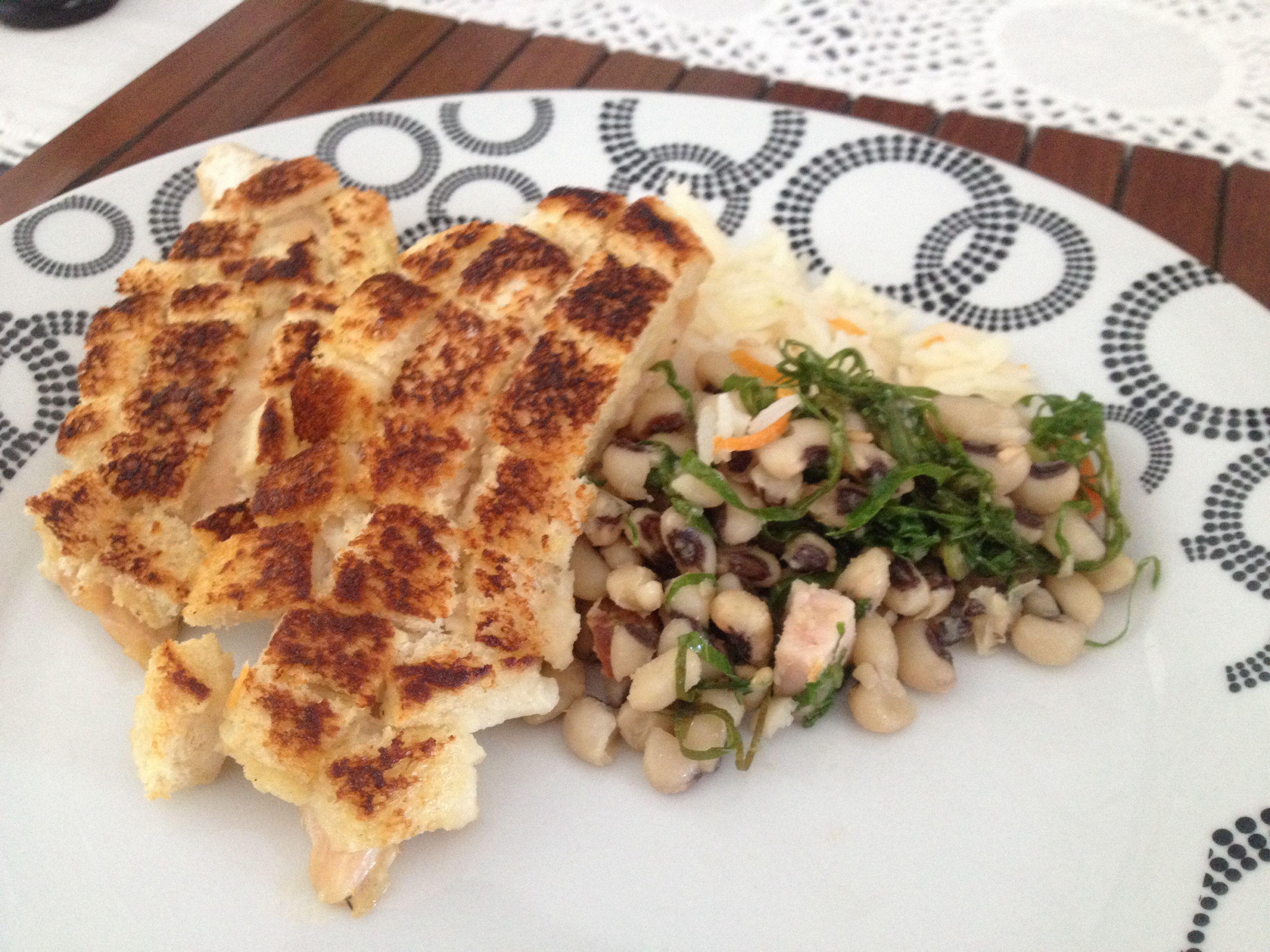 Frango crocrante, feijão verde e arroz com cenoura.