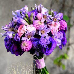 Bukiet Slubny Z Fioletowych Kwiatow Beautiful Flowers Floral Floral Wreath
