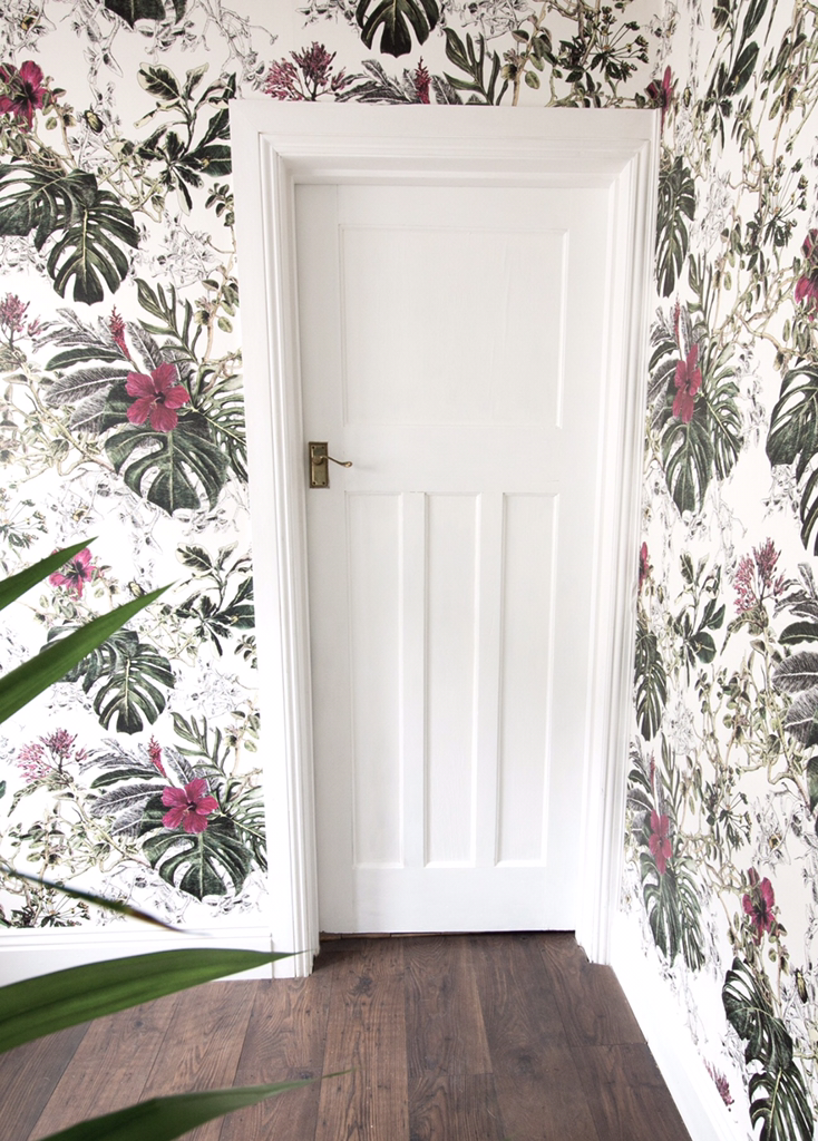 This is a post I really didn't think I would ever write! Me raving about wallpaper? whaaaaat? Me who swears by 3 colours only , white, grey and black! Well I tell you, when it came to decorat…