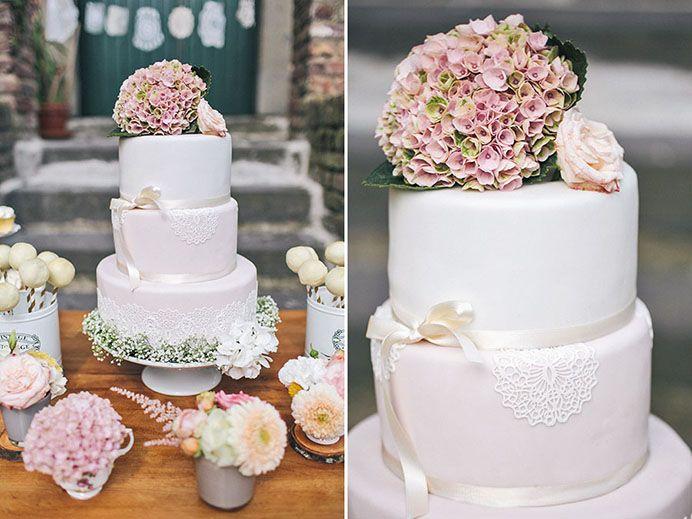 Schlichte #Hochzeitstorte mit Blumen in Szene gesetzt