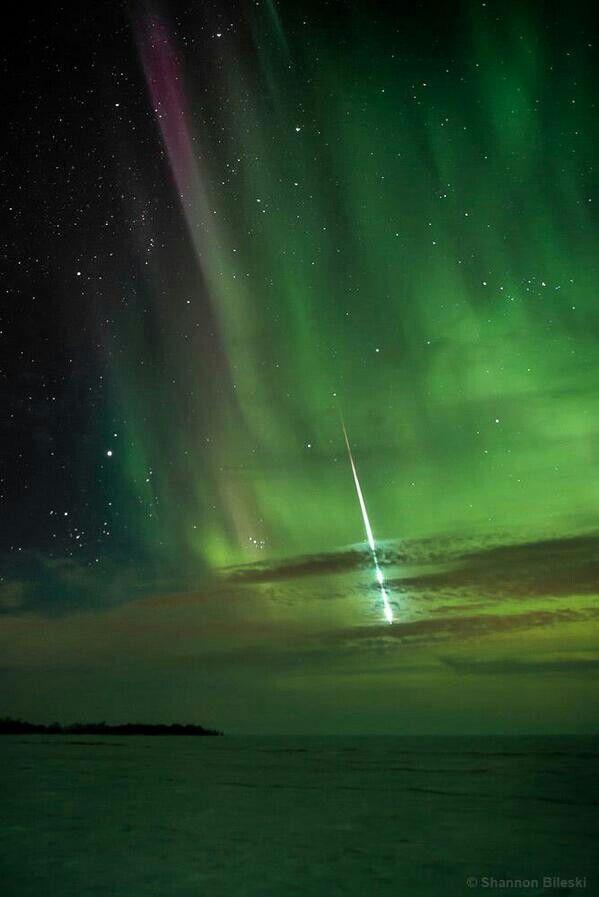 Um lago coberto de neve, uma autora boreal e um meteoro queimando na céu...  Foto de Shannon Bilesky www.signatureexposures.com