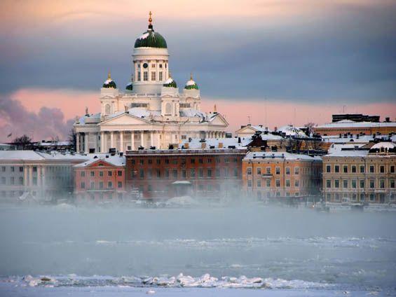 Helsinki in fog. Look how beautiful is the white snow on the roofs / Helsinki pakkaspäivän sumussa. Katso miten kaunista on valkoinen lumi katoilla