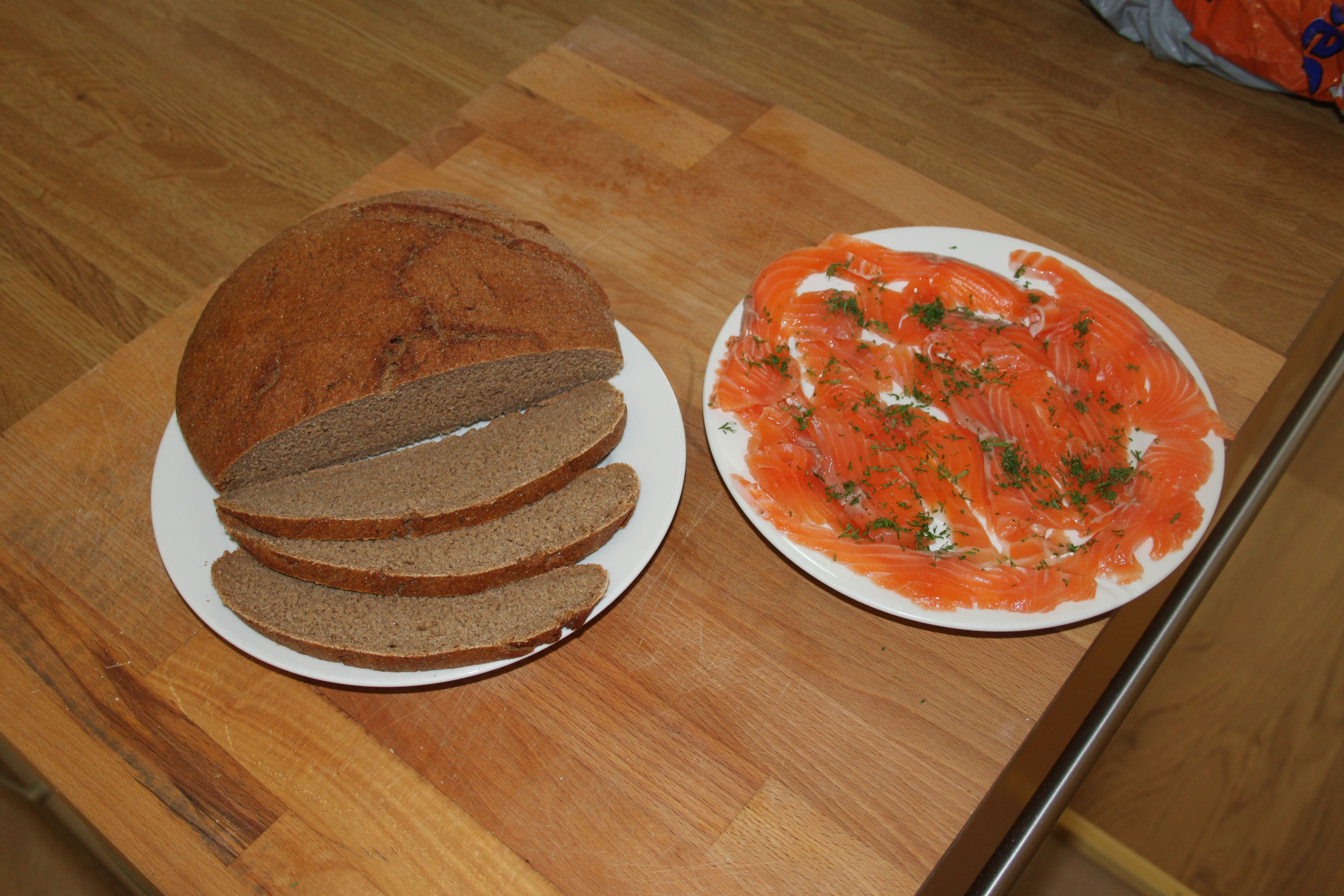 Kotitekoisia hiivaleipä ja graavilohi. Fresh home made bread and salted salmon