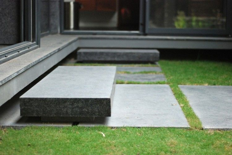 allée de jardin en pas japonais en dalles de granit gris et pelouse ...