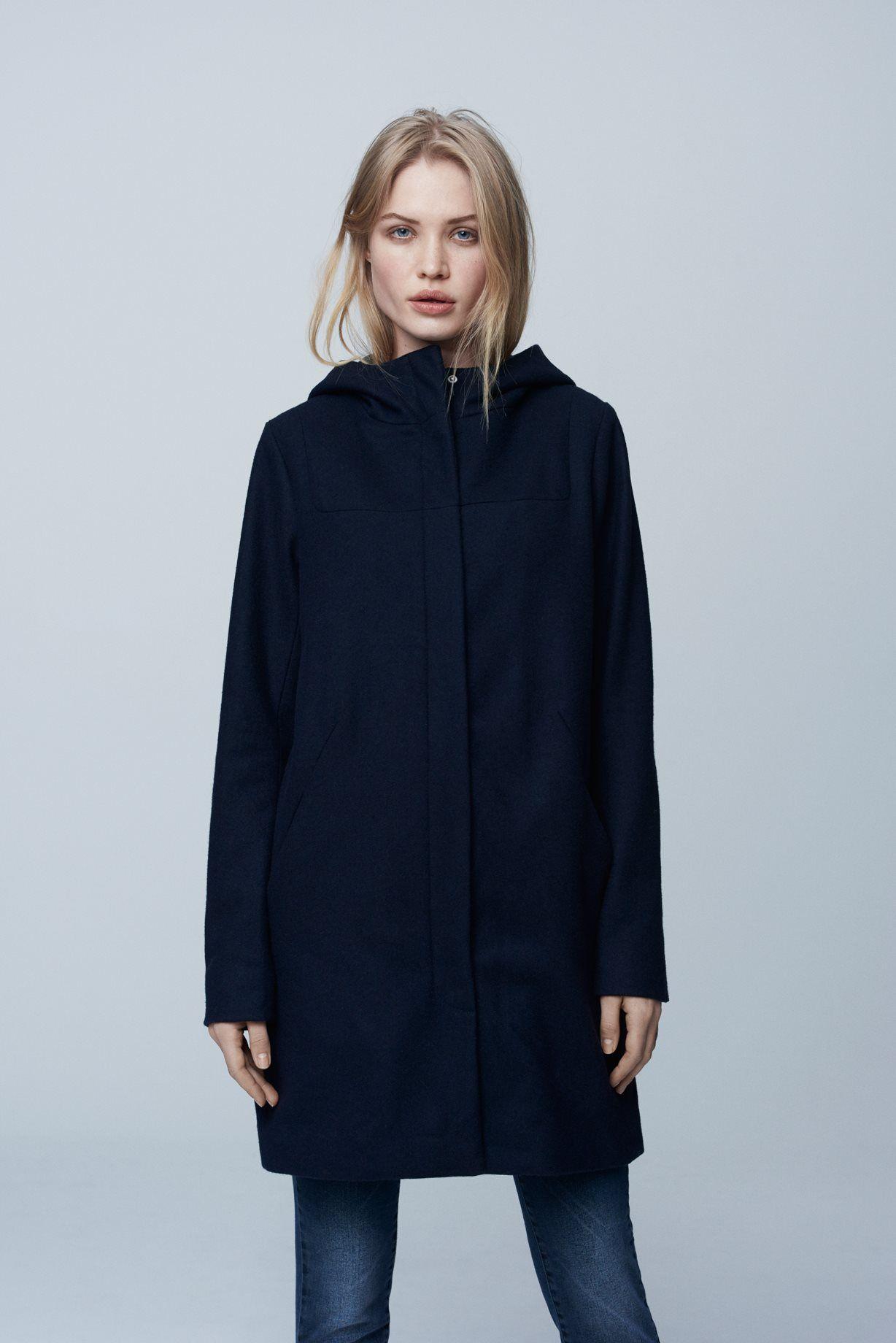 bd892022 Lækker frakke i en dyb, mørkeblå farve. Frakken har et oversize fit og en  hætte…