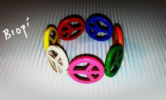 """Pulsera Elastica con piezas de colores de Howlita con el Simbolo de la Paz  https://www.facebook.com/photo.php?fbid=502525543147497=a.362897483776971.82259.142884632444925=3 """"Handmade"""" """"Hecho a mano"""""""