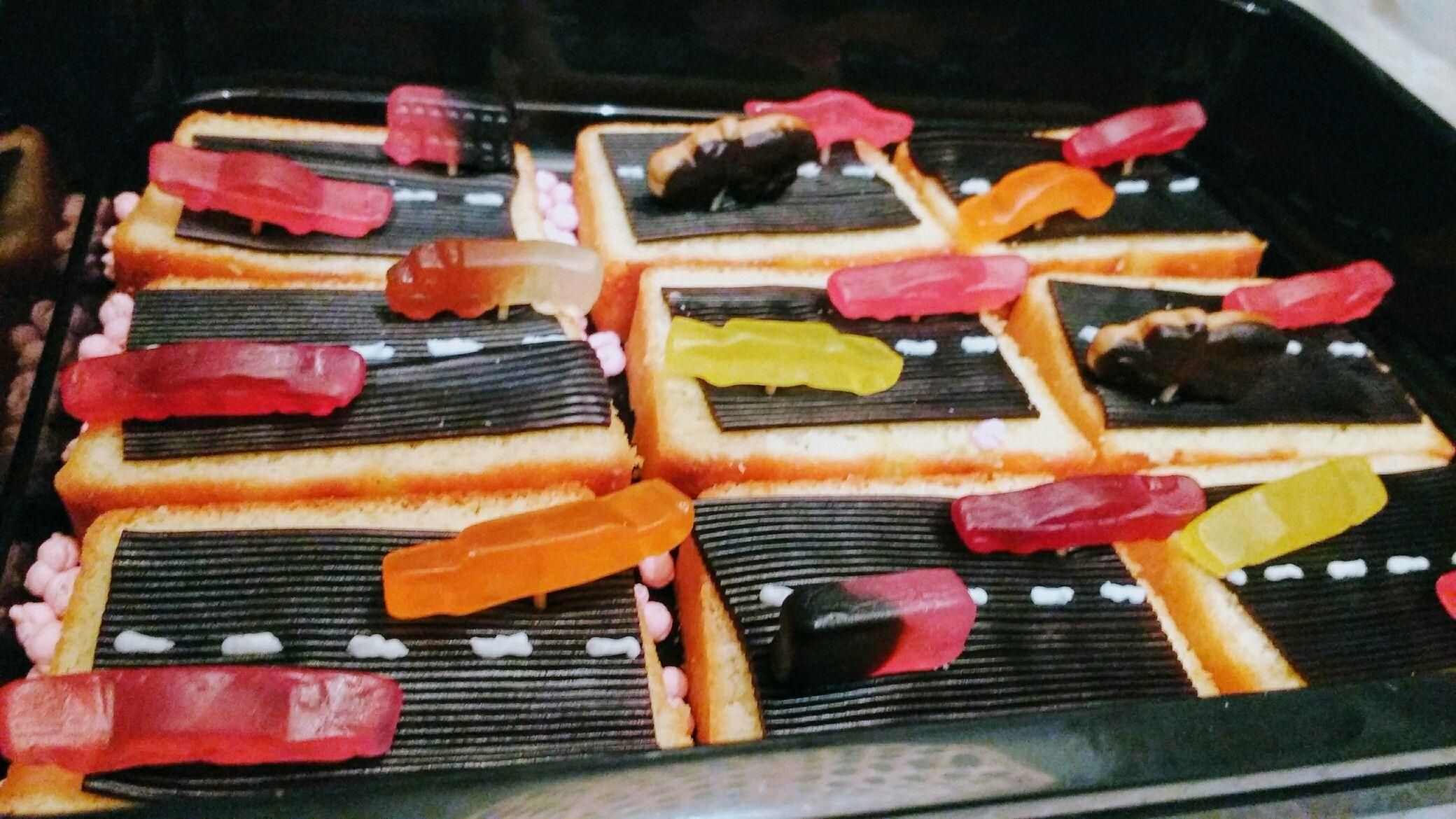 Leuke jongens traktatie! Plak cake, halve dropmat, streepjes met schrijfstift voor taarten en Autodrop! Vastgeprikt met ongekookte spaghetti 😋 wel zo veilig. Enjoy!