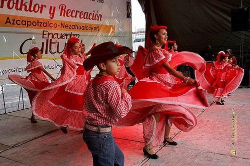 """Nezahualcóyotl, Méx. 15 Junio 2013. Otra importante institución que no podía faltar es el Ballet folklórico """"ASI ES MÉXICO"""", que eligió el encuentro cultural """"Folklor y Recreación"""" para iniciar al más joven de sus bailarines."""