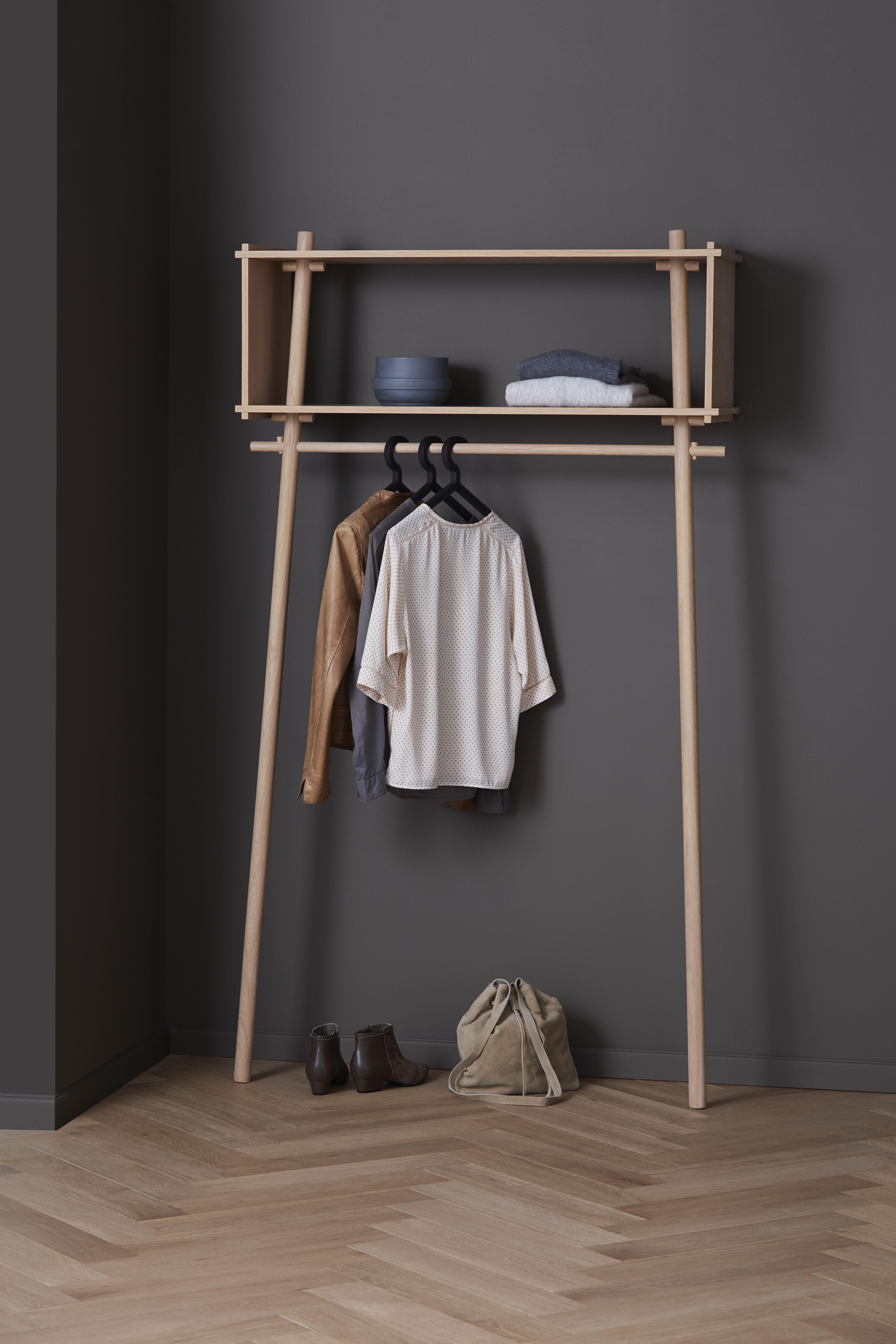 Die Töjbox von Woud ist die perfekte Garderobe für schmale Flure. Im Schlafzimmer kommt sie als