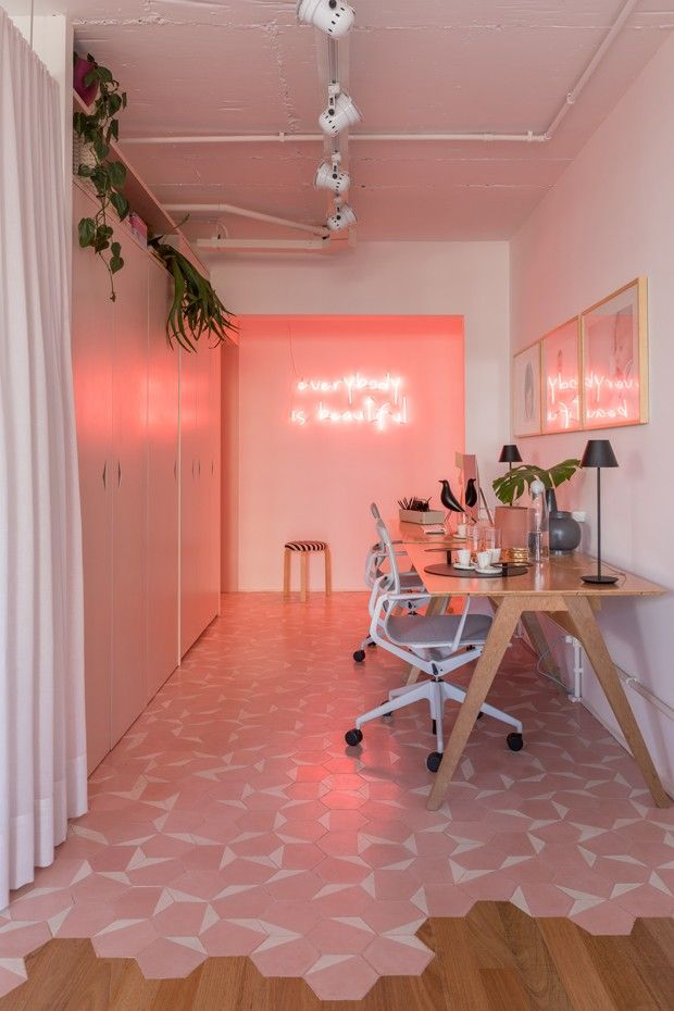 Décor do dia: home office rosa com neon e plantas