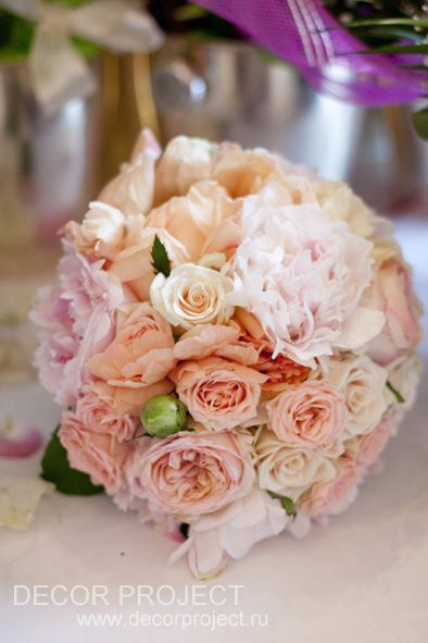 Hotel Savoy, Moscow. Classic wedding in gold and peony color. Bride bouquet, peony and roses
