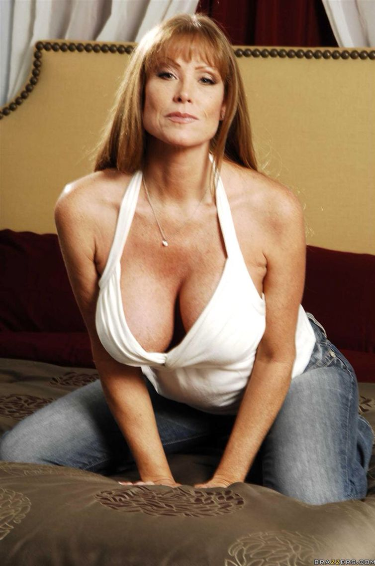 US mature MILF on her bed