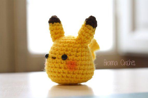 Pika-pika! Cette poupée amigurumi Pikachu est en attente pour vous! Environ 3,5 pouces de hauteur (8cm), large de 3,5 pouces (8cm) Fait à la main avec soin et amour dans une maison non fumeur, avec fil 100 % acrylique, polyester rembourrage ouate synthétique.
