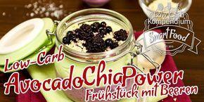 Low-Carb Avocado-Chia-Power-Frühstück mit Beeren - Frühstücks-Rezept aus gesunden Low-Carb Zutaten, prima vorzubereiten und einfach zum Mitnehmen.